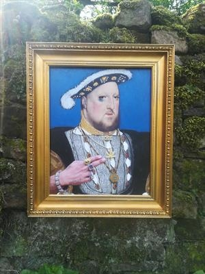 Henry VIII photobombed by Rapper